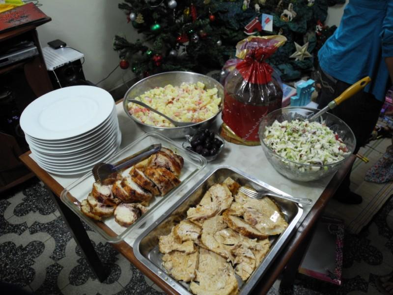 Unser Weihnachtsbuffet mit pavo falso, Kartoffel- und Waldorfsalat, Hühnerrollbraten und Panetone